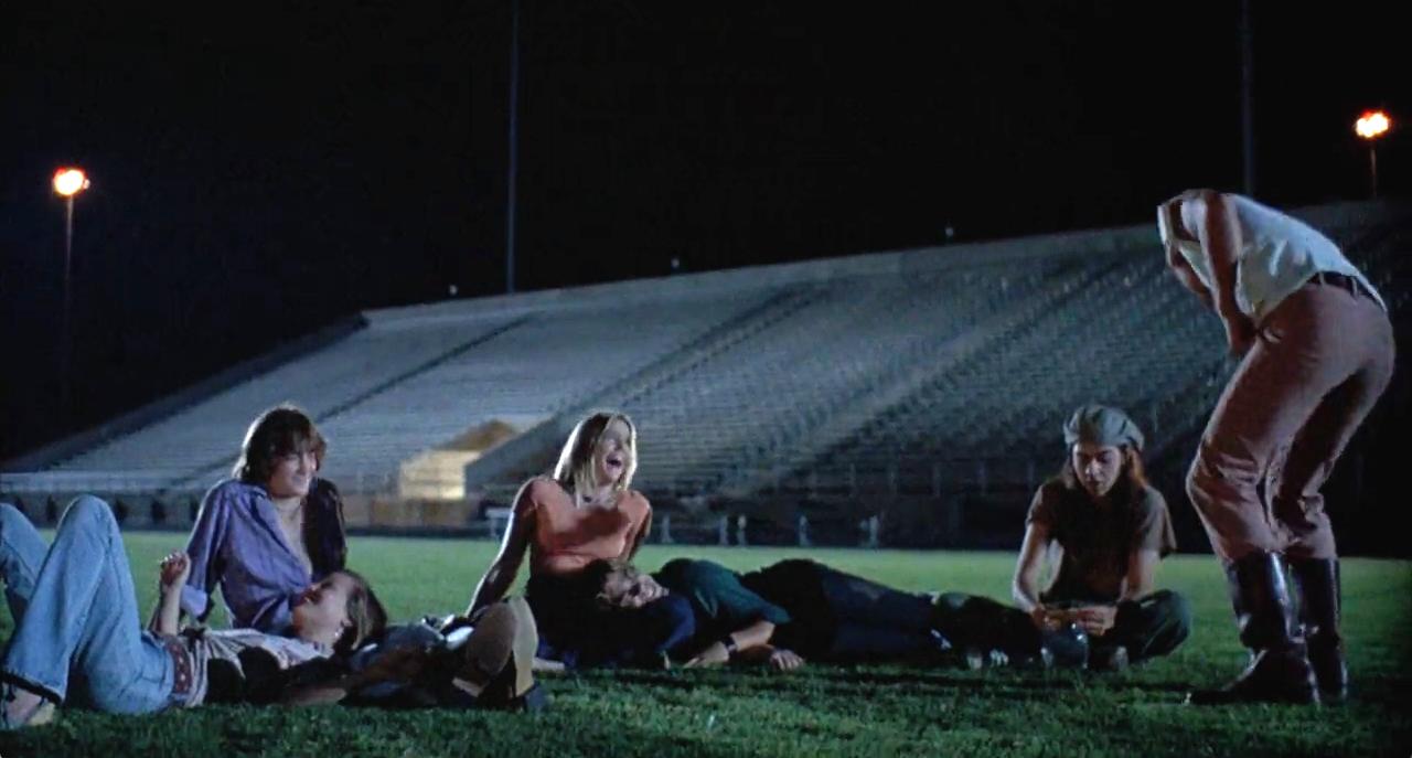 Floyd (Jason London), Slater (Rory Cochrane), Wooderson (Matthew McCounaughey), Dawson (Sasha Jensen), Simone (Joey Lauren Adams) and Shavonne (Deena Martin) light up at the end of Dazed And Confused (1993).