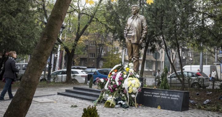 Statue of Georgi Markov in Journalist Square, Sofia.