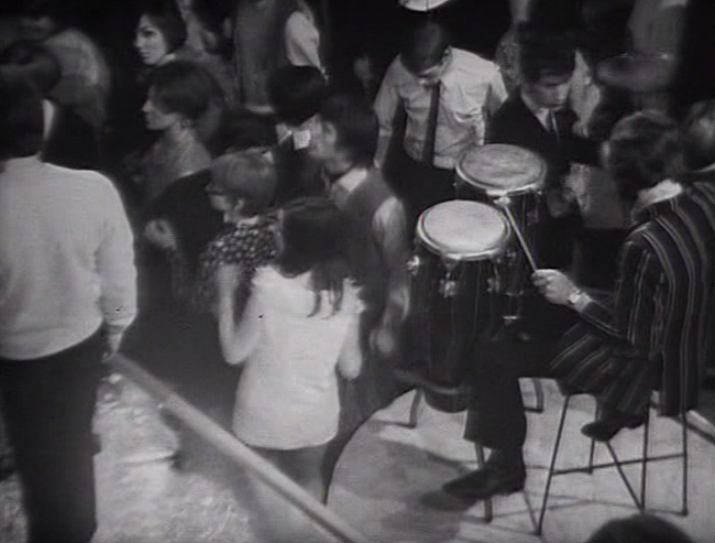 Audience dancing to Dave Dee, Dozy, Beaky, Mick And Tich performing Zabadak! (BBC1, 1967).